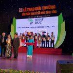 """Bác sĩ Nguyễn Hồng Vân (CTHĐ Công ty CP Dược phẩm và Thiết bị Y tế Nhật Đức) nhận """"Huy chương vàng vì sức khỏe cộng đồng"""" và Giấy chứng nhận tại Lễ trao giải."""
